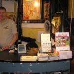 Thomas på arbejde i seriebutikken Faraos Cigarer