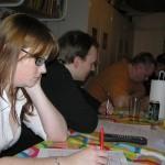 Laila og Niels koncentrerer sig om quizzen