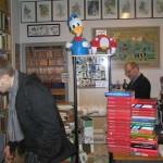 Jesper kigger på reolerne, mens Karsten gemmer sig bag en stabel ordbøger