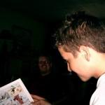 Jacob læser i et eller andet