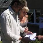 Søren og Monica modtager et diplom tegnet af Rob
