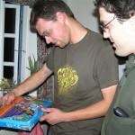 Quizpræmie beundres af Ole og Dennis