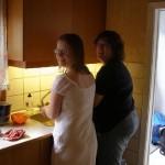 Mor og datter ser kære ud mens de vasker op